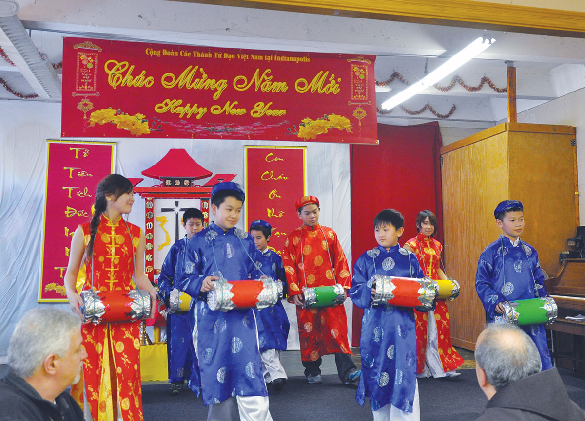 chuc mung nam moi archbishop celebrates lunar new year mass with vietnamese catholic congregation children in traditional vietnamese costumes perform a